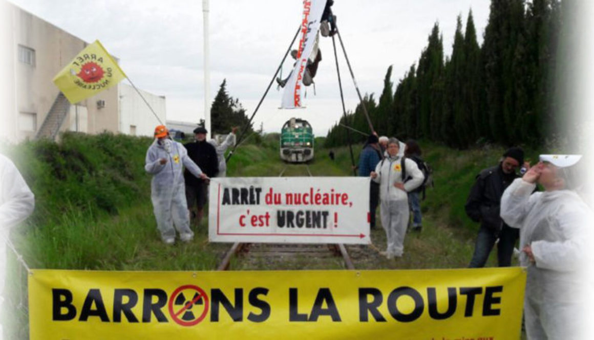 Les militants devant le train d'uranium à Narbonne (Photo du collectif Sortir du Nucléaire)
